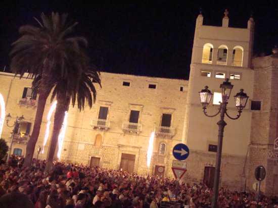 piazza Cavur la notte della festa Maggiore - Terlizzi (2416 clic)