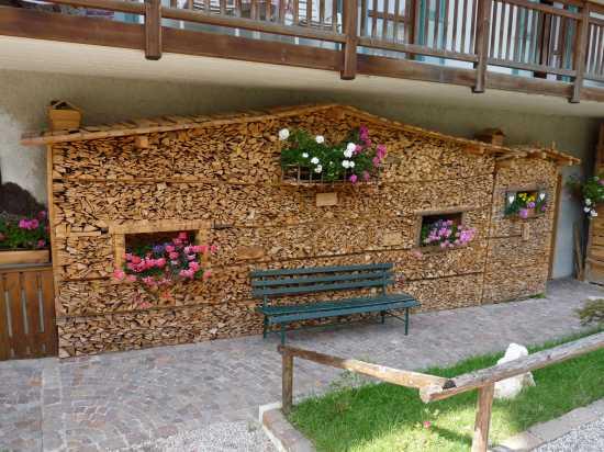 Una seconda casa sotto il balcone. Moena (4235 clic)