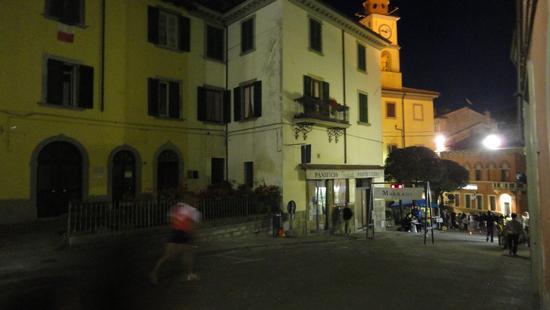 La  Notte del Passatore..al TRANSIT POINT di Marradi tra applausi e sfinimenti e Faenza è ancora lontana, mentre la lunga scia di lumini sembra perdersi nel buio fuori città..addì 28 maggio 2011.</tit (1906 clic)