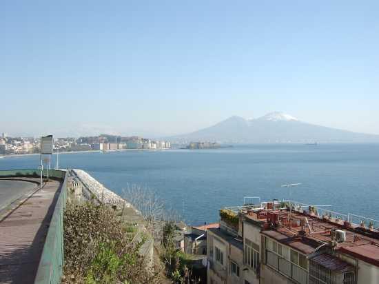 Panorama di Napoli con Vesuvio innevato (4852 clic)