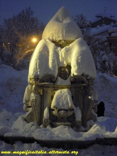Nevicata del 2012 - Fontana Masini innevata - Cesena (3713 clic)