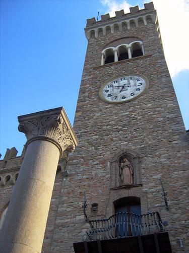 La Torre civica sovrasta maestosa la Colonna dell' ospitalita' - Bertinoro (2400 clic)