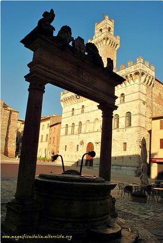 Palazzo Comunale ed il Pozzo dei Grifi e dei Leoni - Montepulciano (2567 clic)