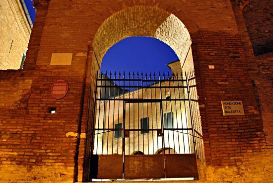 Oltre il cancello...il blu - Longiano (2792 clic)