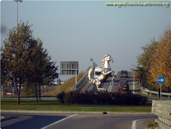Il cavallino rampante nella rotonda davanti allo stabilimento Ferrari - Maranello (4876 clic)