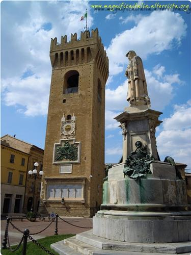 Piazza Leopardi con torre civica e monumento a Leopardi - Recanati (4969 clic)