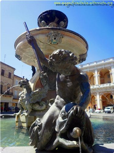Fontana in Piazza - LORETO - inserita il 16-Sep-11