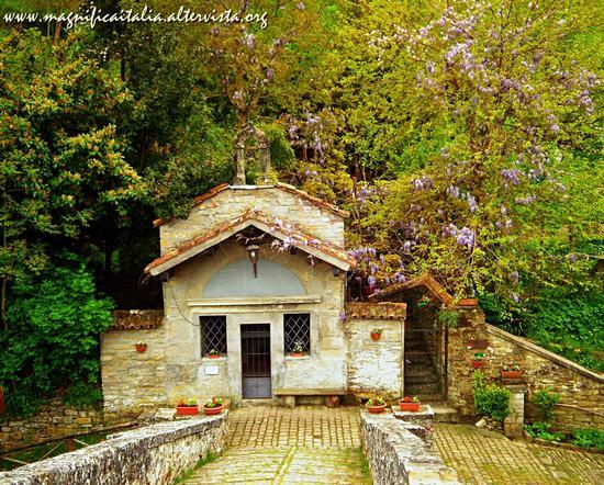 Oratorio della Visitazione ai piedi del ponte della Maesta' - Portico di romagna (3939 clic)
