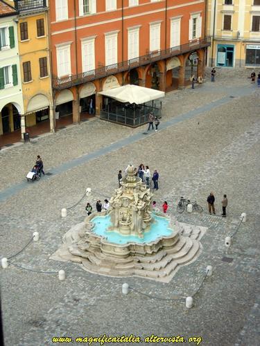 Fontana Masini vista dal Torrione in Piazza del Popolo - Cesena (2584 clic)