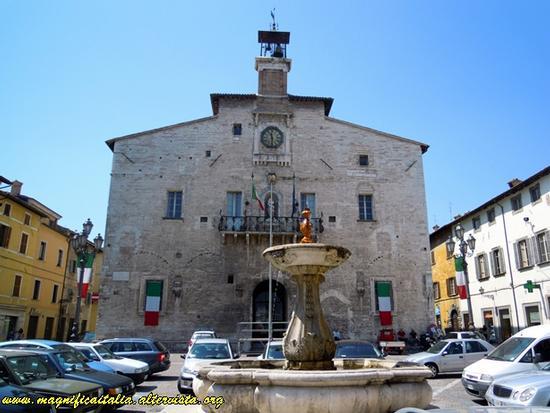 Palazzo pubblico e fontana - Cagli (1608 clic)