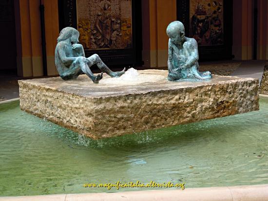 Fontana nel cortile interno al Palazzo comunale - Castel bolognese (1268 clic)