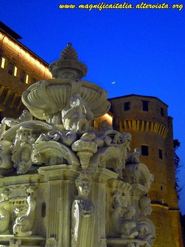 Notturno in Piazza del Popolo - Cesena (2449 clic)