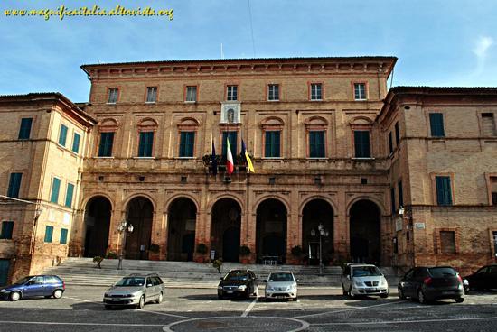 Il Palazzo comunale - Ostra (1717 clic)