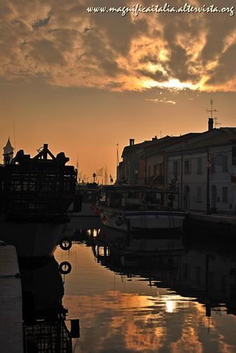 La magia di un tramonto sul porto canale - Cesenatico (3621 clic)