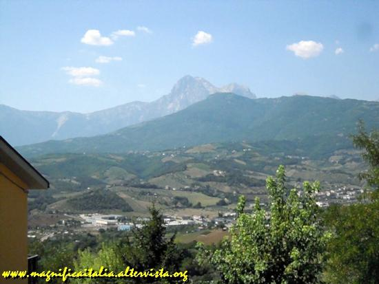 Il Gran Sasso visto dal paese di Collevecchio - TERAMO - inserita il 06-Dec-11