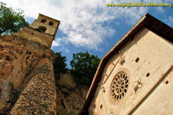 La facciata con il rosone e il campanile dell'Abbazia di S.Eutizio - Preci (2775 clic)