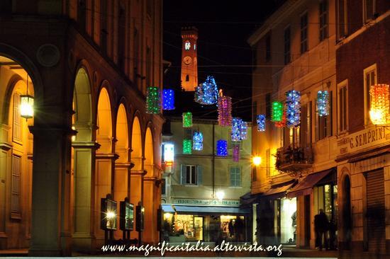 Il Campanone illuminato e i colorati addobbi natalizi - Santarcangelo di romagna (2041 clic)