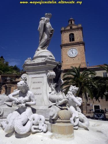 Fontana della Democrazia e Torre dell'orologio - Porto san giorgio (3536 clic)