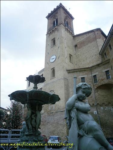 Piazza con fontana e Torrione  - San costanzo (1874 clic)