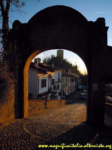 Arco di accesso al minuscolo borgo e torre di Roversano - Cesena (2684 clic)