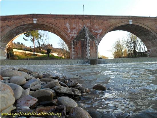 Il Savio e l'imponente Ponte Vecchio - Cesena (2557 clic)