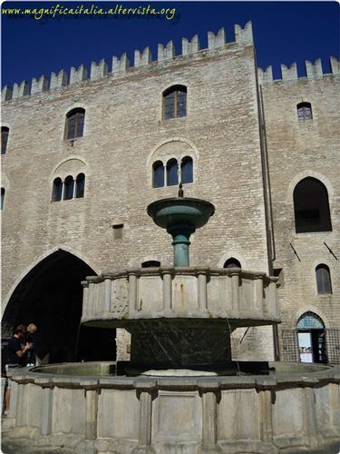 Fontana Sturinalto e Palazzo del Podesta'. - Fabriano (2587 clic)