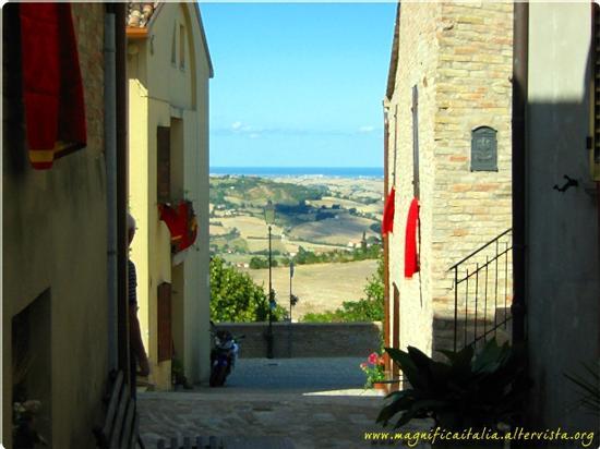 Panorama tra gli stretti vicoli del borgo... - Montefabbri (1935 clic)