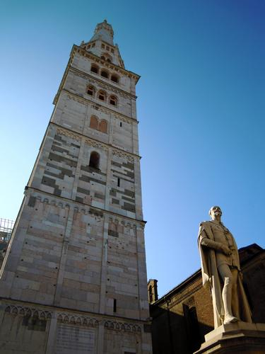 La possente mole della Ghirlandina - Modena (2338 clic)
