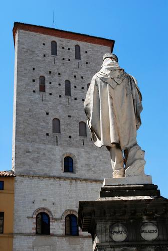 Il monumento a Garibaldi e la Torre trapezoidale del Palazzo dei Priori - Todi (2568 clic)