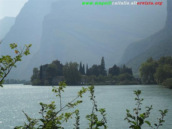 Castel Toblino, adagiato sul lago. - Calavino (2405 clic)