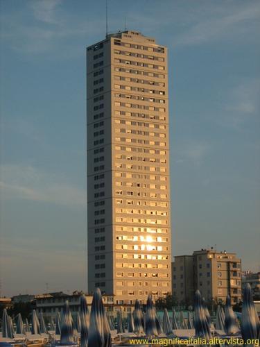 Tramonto e grattacielo - Cesenatico (5614 clic)