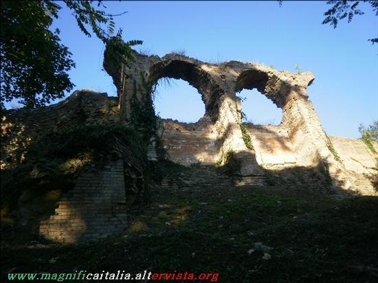 Gli occhi della civetta, resti di antica cinta muraria presso la Rocca Malatestiana - Cesena (2959 clic)