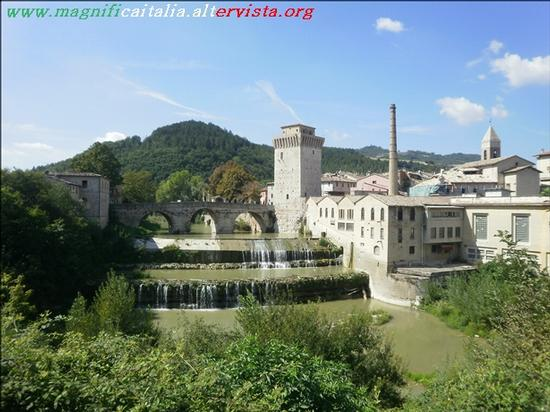Ponte a tre arcate, Torre e ex cartiera e il fiume Metauro - Fermignano (3903 clic)