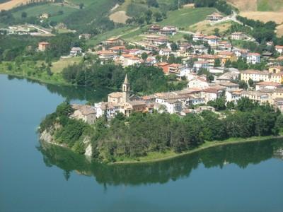 Il lago e il paese di Mercatale visti da Sassocorvaro (4669 clic)