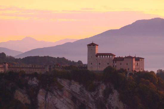 Il castello borromeo della rocca di angera visto dalla rocca borromea di Arona (6142 clic)