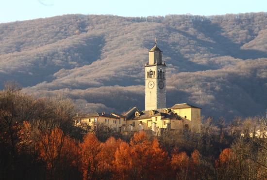 Luce autunnale su Pogno, chiesa parrocchiale di San Pietro, Piemonte dicembre 2011 (4795 clic)