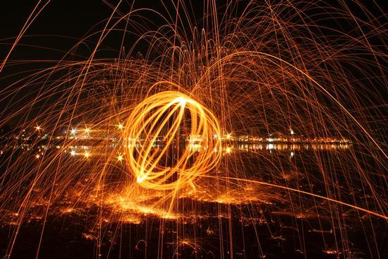 Arona in notturna con sfera di fuoco (2882 clic)