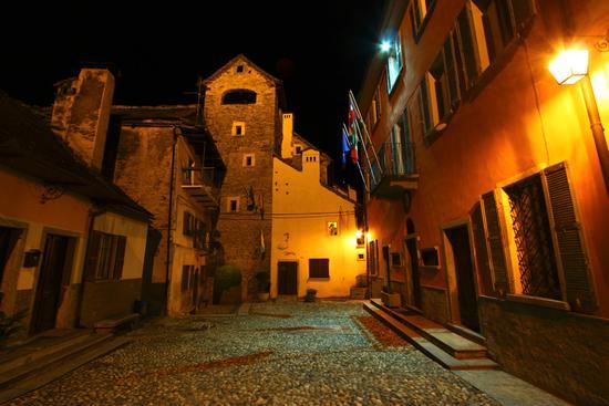 Antica torre medievale e comune, notturne a Varzo (1810 clic)