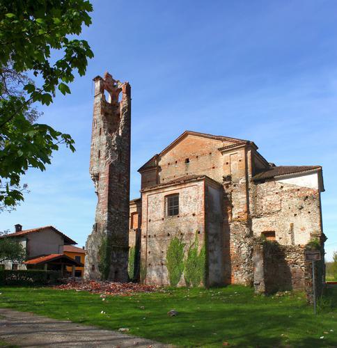 Pieve di San Genesio sec. X dopo il fulmine di domenica 22, in luogo conosciuta anche come chiesa del diavolo, Suno aprile 2012 (1611 clic)