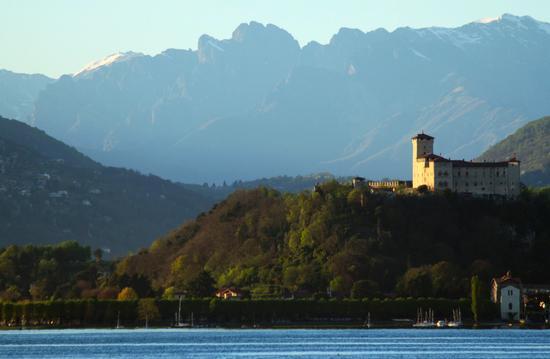 Il castello Borromeo di Angera e il pizzo Pedum, Lago Maggiore (Verbano) aprile 2011  (2460 clic)