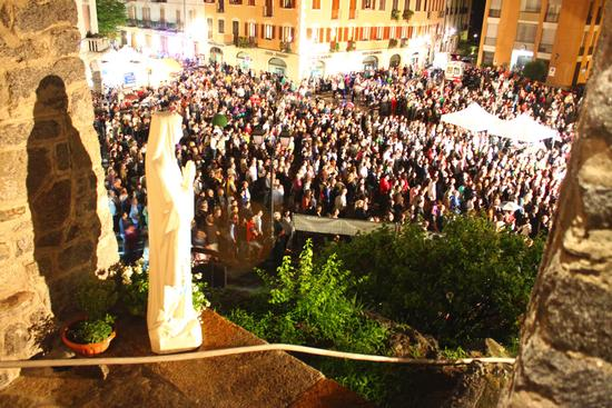 Piazza Vittorio Emanuele gremita per il concerto di Davide Van De Sfroos, Alpàa, Varallo Sesia 14 luglio 2011 (2288 clic)