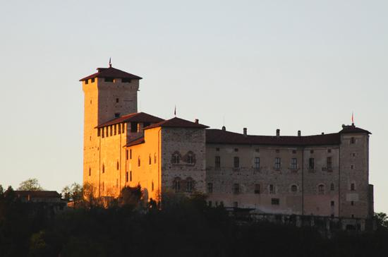 Il castello Borromeo di Angera al tramonto, 1, Lago Maggiore (Verbano) aprile 2011 (2216 clic)
