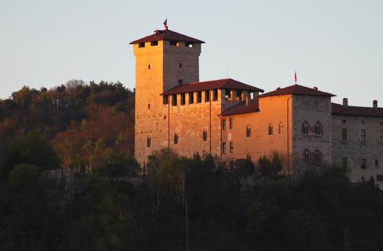 Il castello Borromeo di Angera al tramonto, 2, Lago Maggiore (Verbano) aprile 2011 (2076 clic)