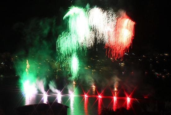 Viva l'Italia, Fiori di fuoco, Fuochi di San Vito a Omegna, lago d'Orta (Cusio) 28 agosto 2011 (2073 clic)
