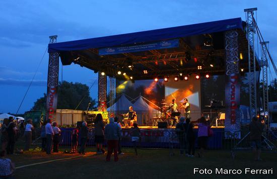 Il palco di NovaAria 2012 mentre suonano i DiaDuit, Arona luglio 2012 (1678 clic)