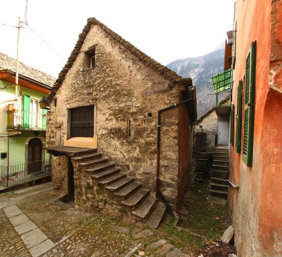 Nell'antico centro abitato di Varzo. (1172 clic)