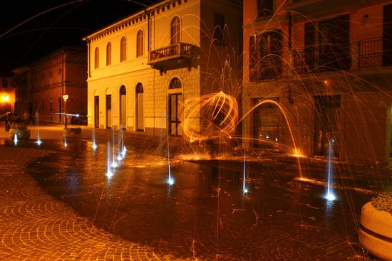 Acqua e fuoco, Arona piazza San Graziano maggio 2012 (1873 clic)