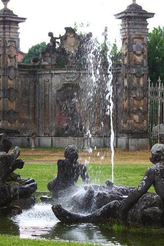 Fontana del castello di Belgioioso, Pavia, Lombardia aprile 2011 (2222 clic)