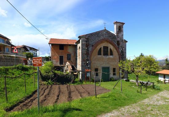 Chiesa Santa Maria della visitazione detta Madonna della Fontana, patrimonio del FAI, Dormelletto aprile 2012 (2915 clic)