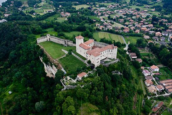 Il castello Borromeo di Angera visto dal cielo (925 clic)